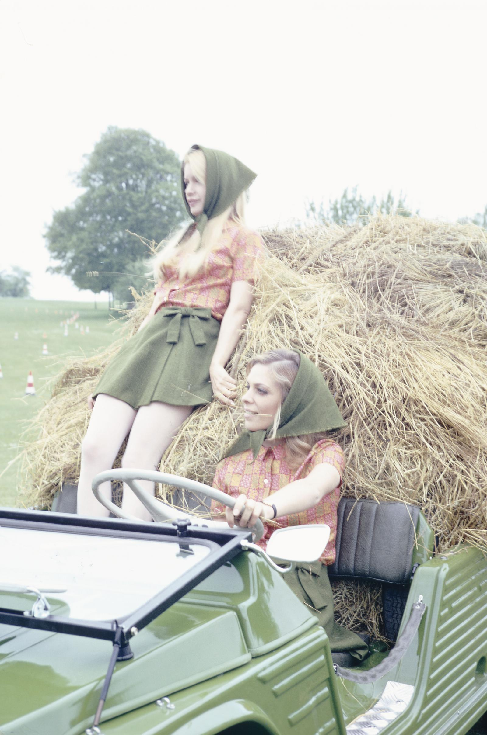 1968 - Méhari & farm women